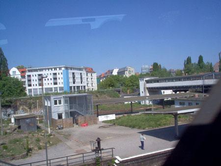 Der Stadtbahn-Bahnsteig im Hintergrund die nördliche Ringkurve