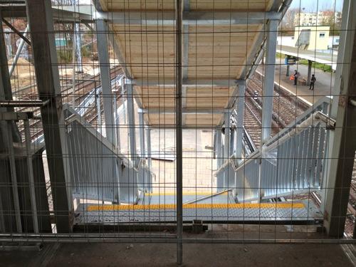 Neue Treppe zum Bahnsteig E