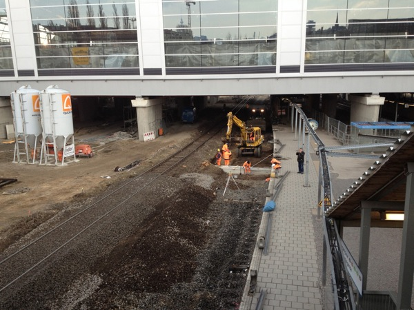 Bauarbeiten für die Treppe zum Bahnsteig F