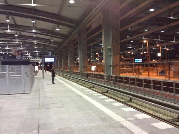 Warten auf die nächste S-Bahn in der neuen Ringbahnhalle am Ostkreuz