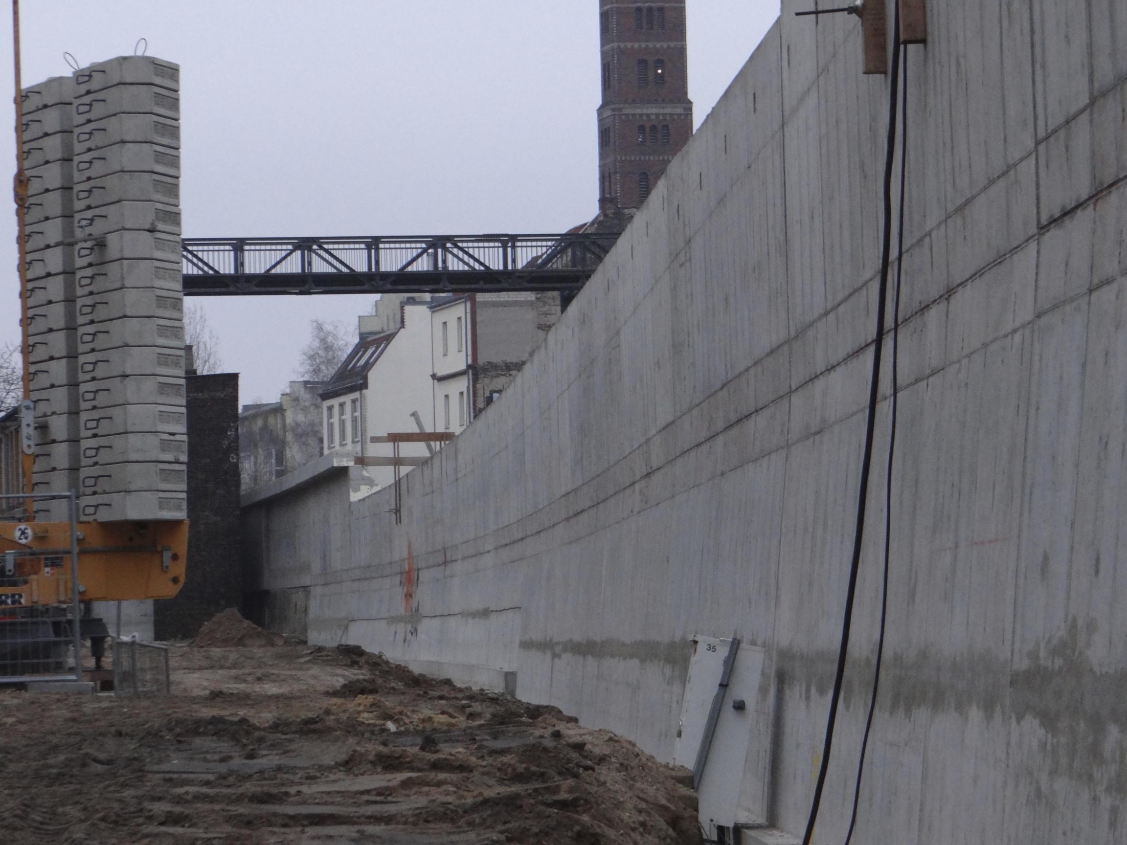 Stützmauer an der Ostbahn