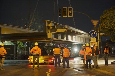 Zwischen Bahntrassen und Häusern wird die Brücke nun leicht gedreht