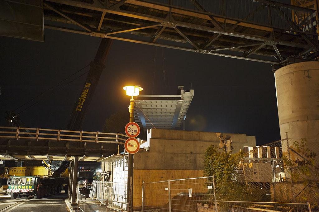 Die Brücke wird im rechten Winkel über die S-Bahntrasse der S5, S7 und S75 gehoben