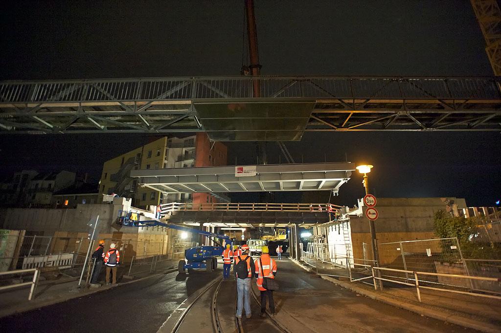 Nun befindet sich die Brücke parallel zur S-Bahntrasse über ihren Widerlagern
