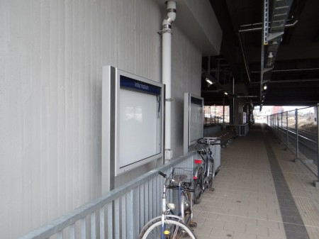 Infovitrinen am Bahnsteig Rn1