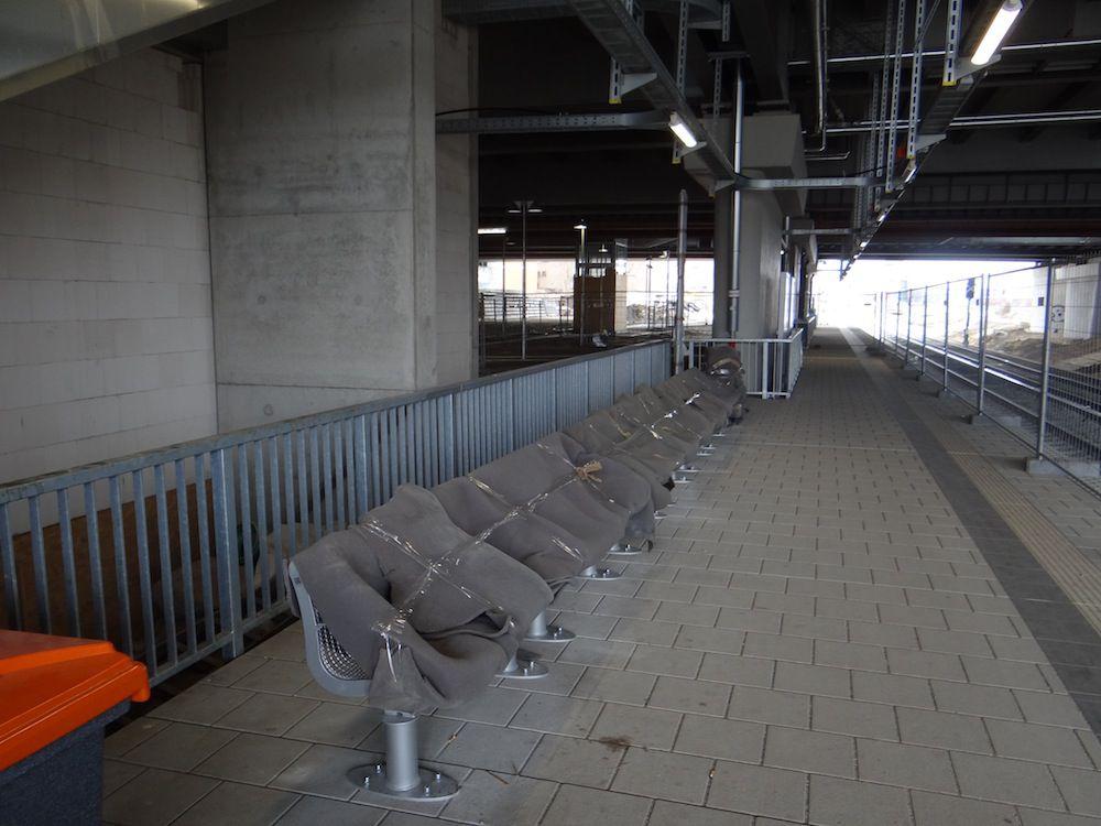 Sitzmöbel am Bahnsteig Rn1