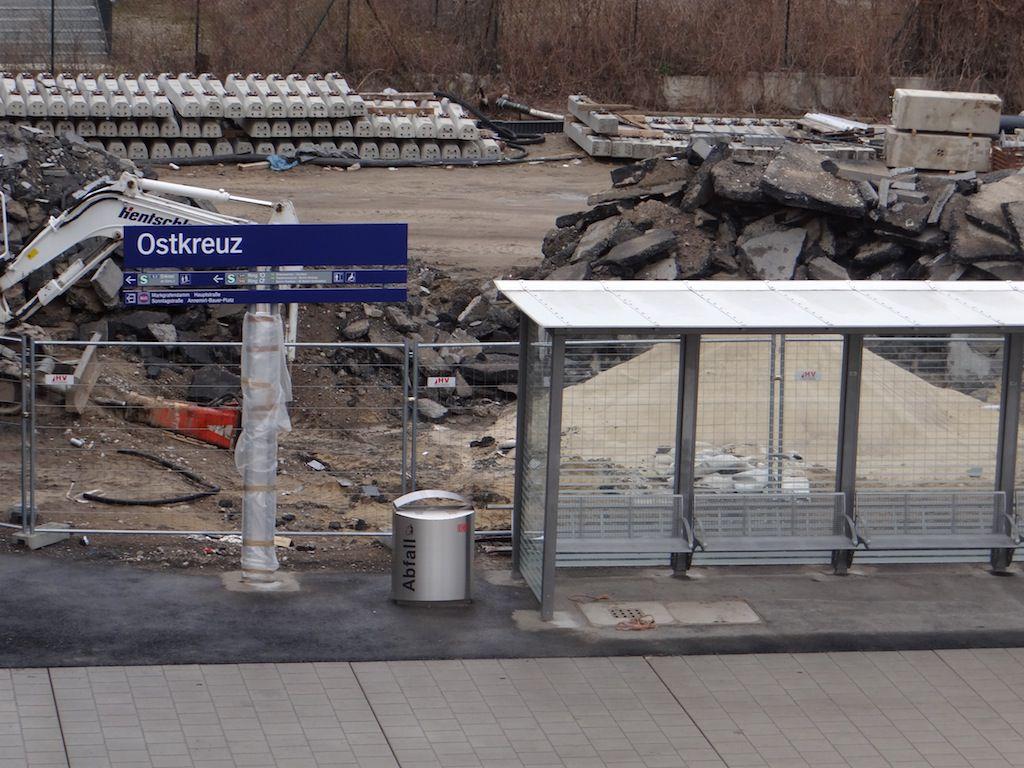 Bahnsteig Rn1 mit Wartehalle und Bahnhofsschild