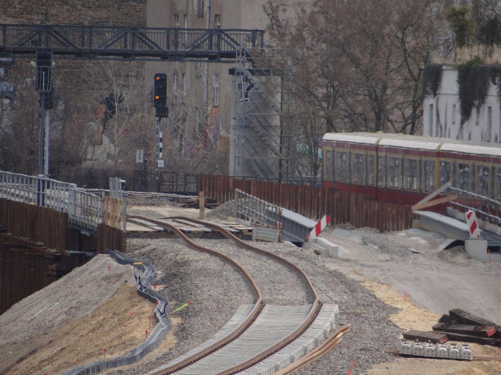 Gleisarbeiten nun auch auf der Behelfsbrücke