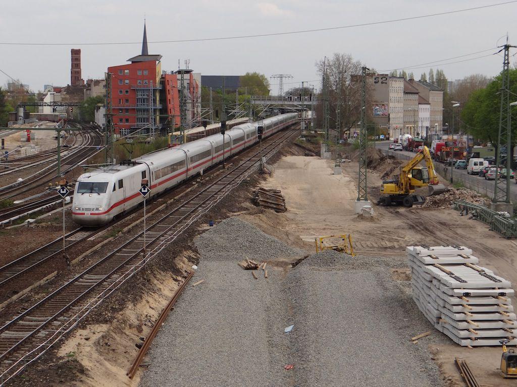 Entlang des neuen Bahndamms der Fernbahn wird Aushub beräumt