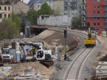 Der neue Bahndamm erhält Mutterboden