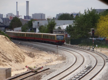 S-Bahn auf neuen Gleisen auf dem Weg in die City