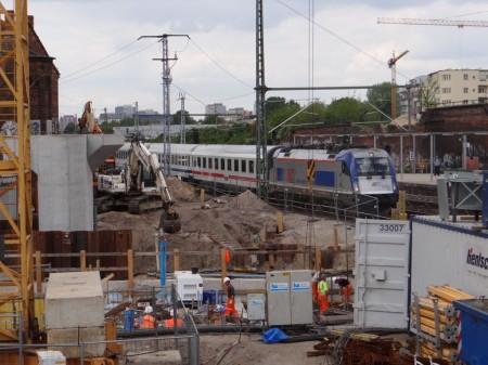 Ein EuroCity nach Warschau passiert die Großbaustelle