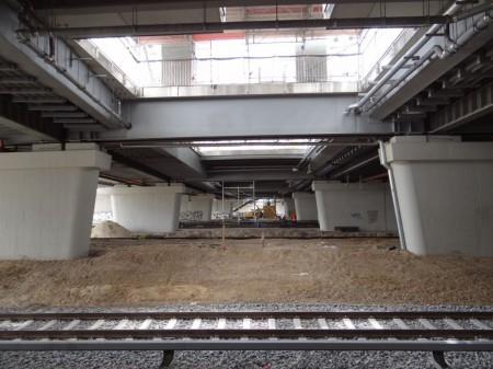 Brückenzug unter dem Bahnsteig Ro