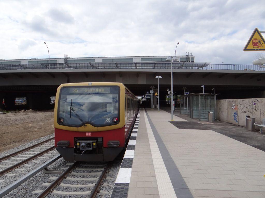 Bahnsteig Rn1 mit S-Bahn nach Spandau
