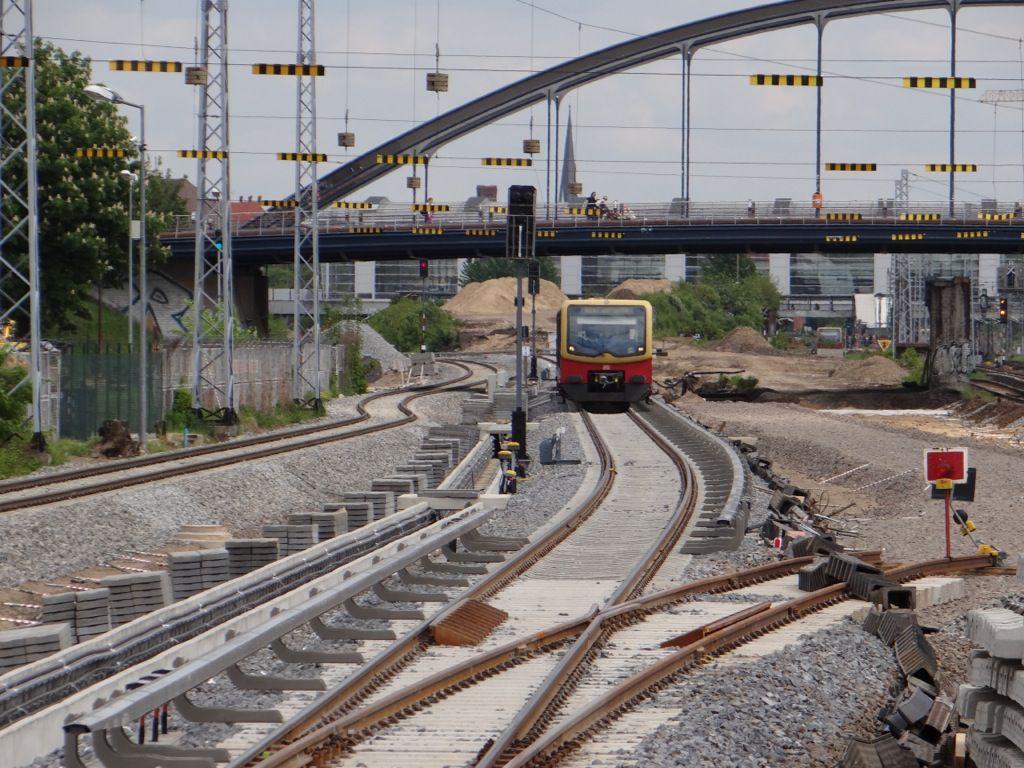 Eine S-Bahn erreicht den neuen Bahnsteig B in Warschauer Straße