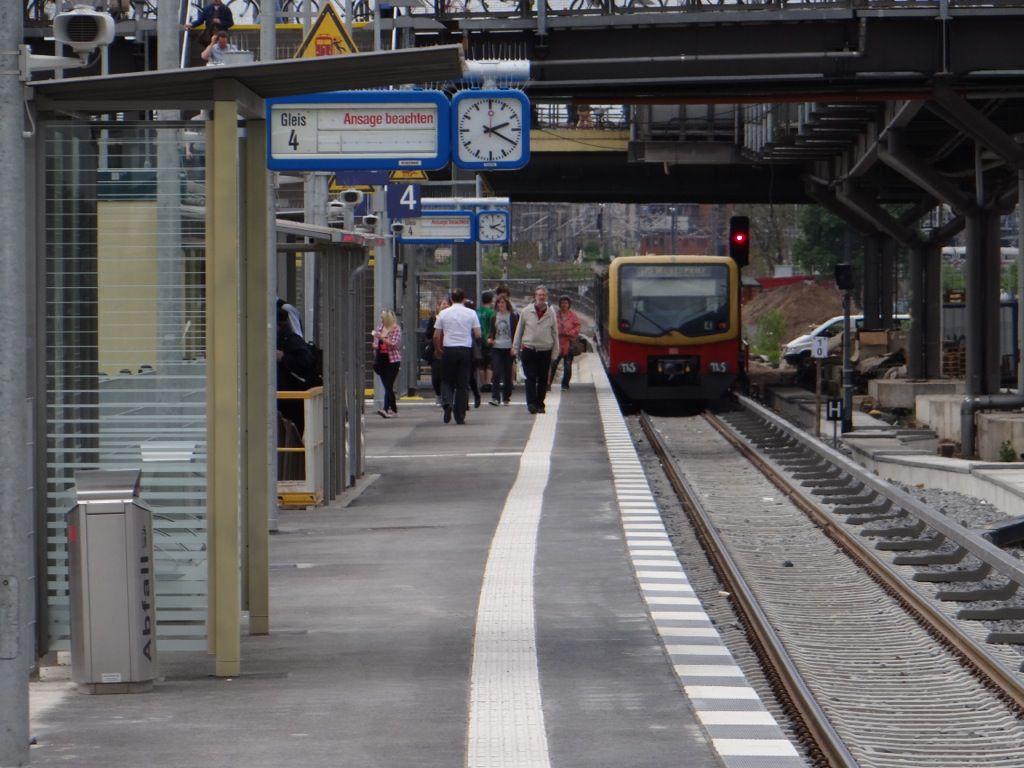 S-Bahn am neuen Bahnsteig B Warschauer Straße