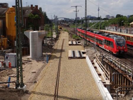Die Trasse über der A100 Vorleistung samt neuer Bahnsteigkante