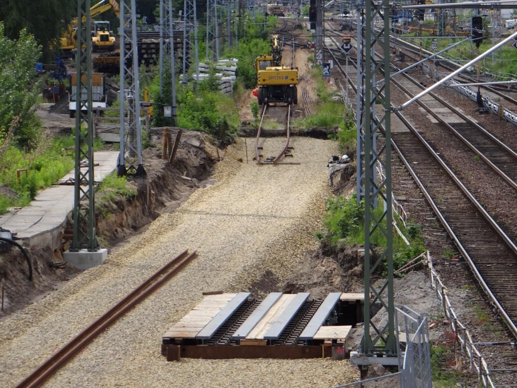 Am westlichen Teil der neuen Fernbahntrasse hat der Gleisbau begonnen