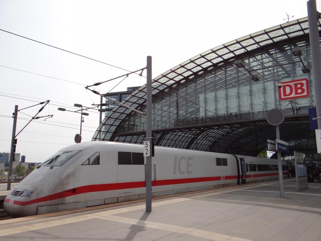 ICE Triebkopf am Bahnsteig