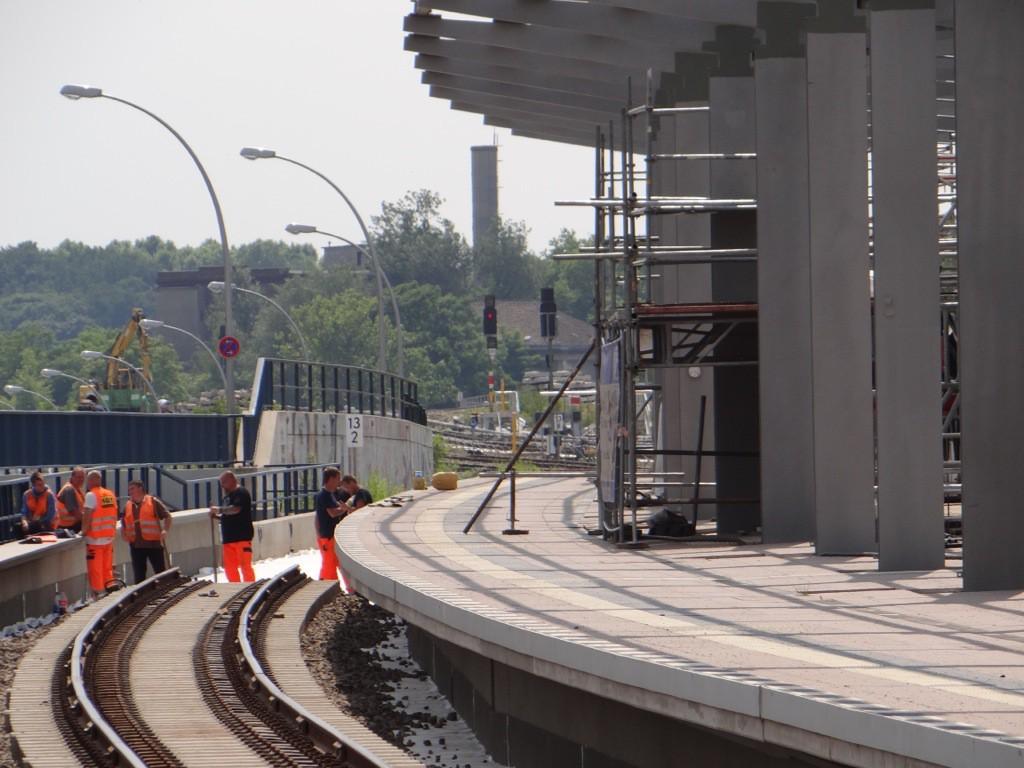 Am oberen Regionalbahnsteig werden wieder Gleise verlegt