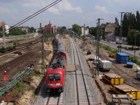 Ein RE1 passiert auf neuer Trasse den Bahnhof Ostkreuz