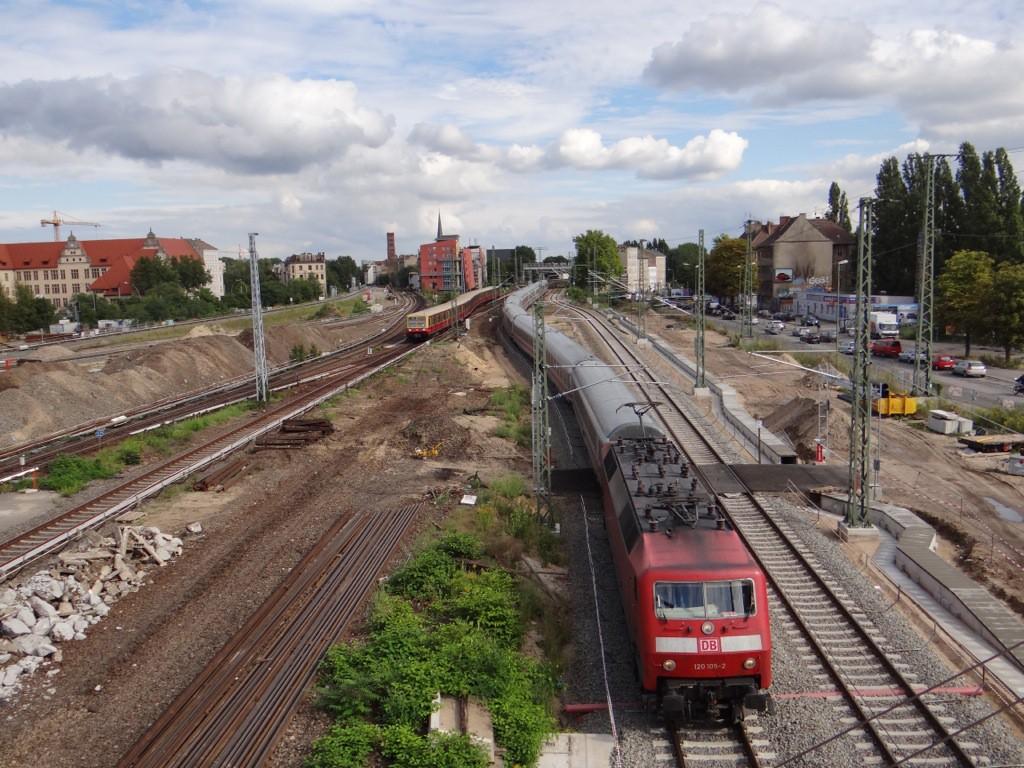 Ein ICE Ersatzug passiert den Bahnhof Ostkreuz