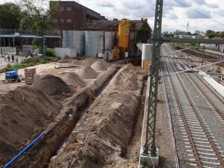 Südlich der Fernbahntrasse werden Leitungen verlegt