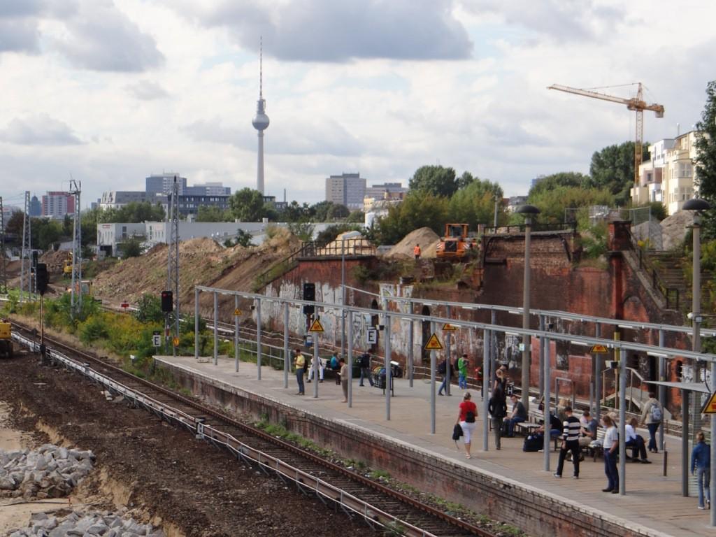 Am alten Bahnsteig A wird Boden abgetragen