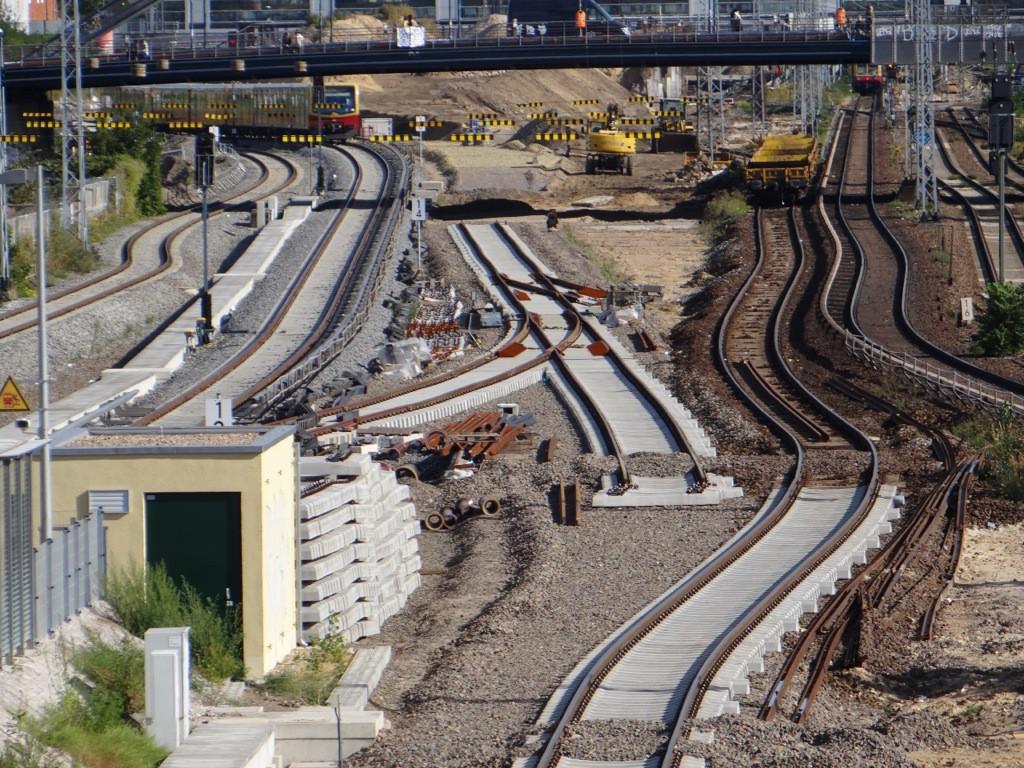 Im Hintergrund Bauarbeiten an der S-Bahntrasse