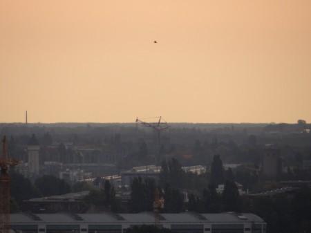 Von Weitem sichtbar der Mobilkran in Karlshorst