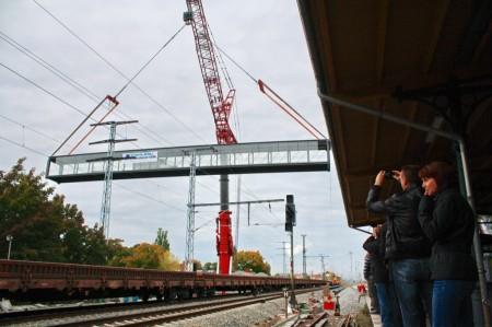 Die Brücke schwebt über den Fernbahngleisen