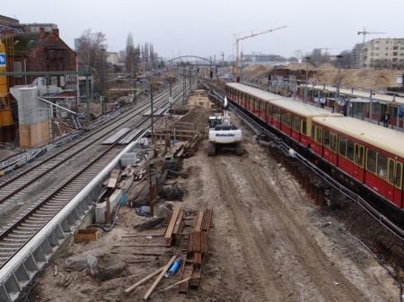 Baugruben der Brückenpfeiler zwischen den Gleisen