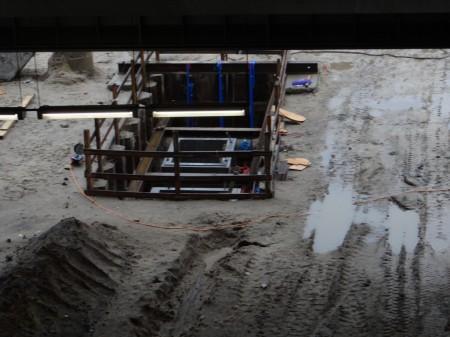 Baugrube eines Versogungsschachtes im Bereich des Bahnsteig D