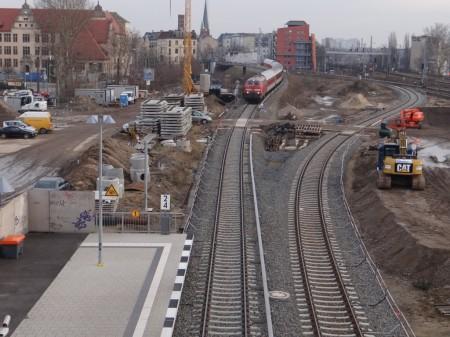 Ein DB Nachtzug passiert auf S-Bahngleisen den Bahnhof Ostkreuz