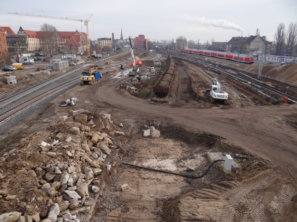 Reste der alten Bahnsteig und Gleistrassen werden abtransportiert