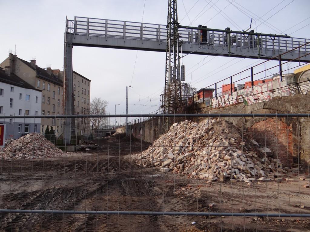 Die Signalbrücke lässt erahnen wie breit die Trasse hier wird