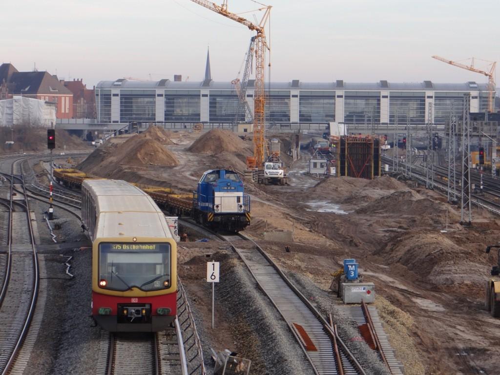Der Bauzug benutzt bereits das zweite neue S-Bahngleis