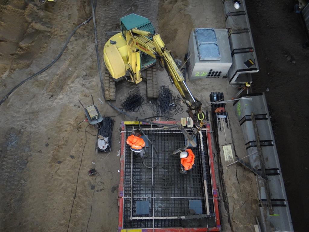 Das Fundament für den Aufzug zwischen Bahnsteig D und F wird hergestellt
