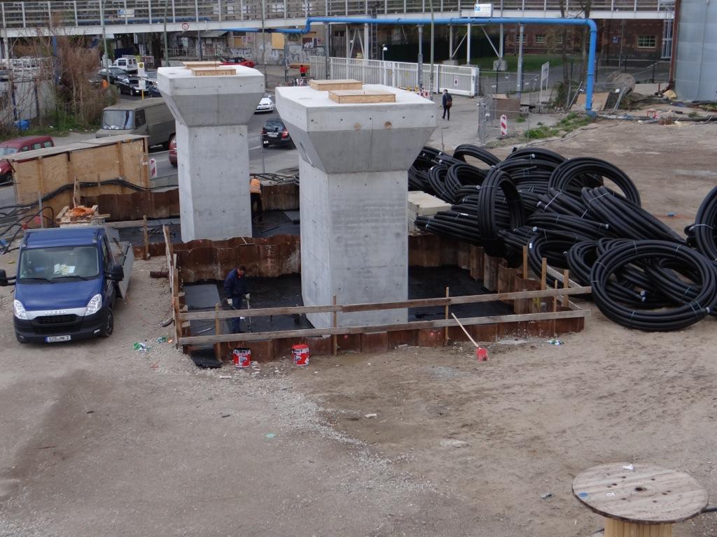 Die Fundamente des Pfeilerpaares am Markgrafen Damm werden abgedichtet