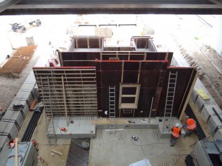 Die Stützwände für die Treppenanlage Bahnsteig D werden errichtet