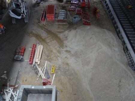 Am Bahnsteig Ru ist das Aufzug-Fundament fertig, die Bahnsteigkante daneben kann nun errichtet werden