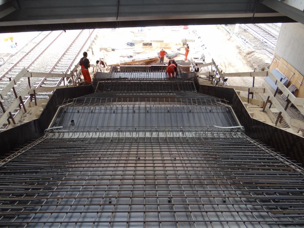 Die Treppe zwischen Bahnsteig Ru und F nimmt Form an