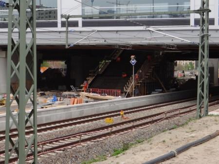 Der Bahnsteig Ru und die Treppe zum Bahnsteig F
