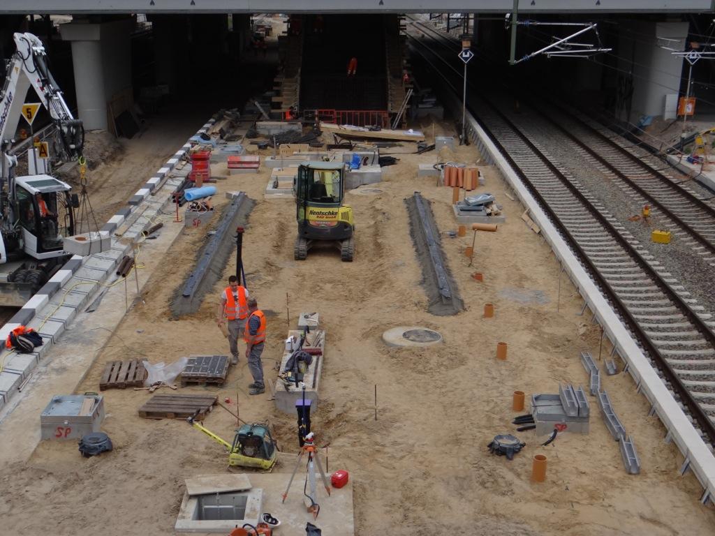 uf dem Bahnsteig Ru wird die Oberflächenregenentwässerung installiert