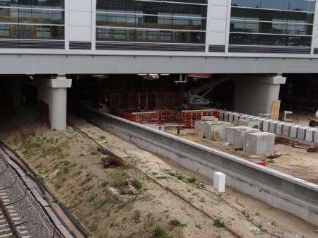 Der Bahnsteig D mit seiner entstehenden Treppenanlage