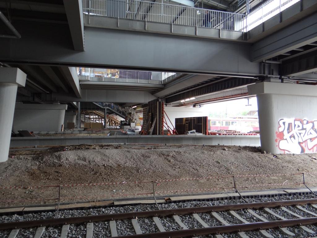 Blick vom Bahnsteig Rn auf die Treppenanlagen