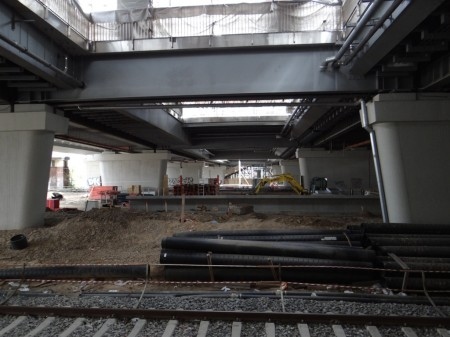 Hier endet der Bahnsteig D. Das Fundament des Aufzugs zum Bahnsteig Ro ist auch zu erkennen