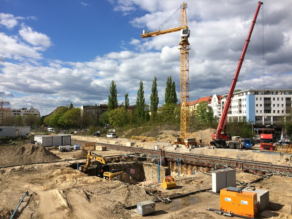 Zu Herstellung der Tunneldecke wird ein Turmdrehkran aufgebaut