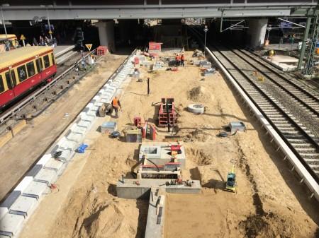 Auf dem Bahnsteig Ru entstehen Fundamente für die Wartehallen und Fahrscheinautomaten