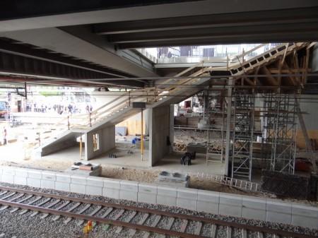 Die frisch betonierte Treppe zwischen den Bahnsteigen Ru und F